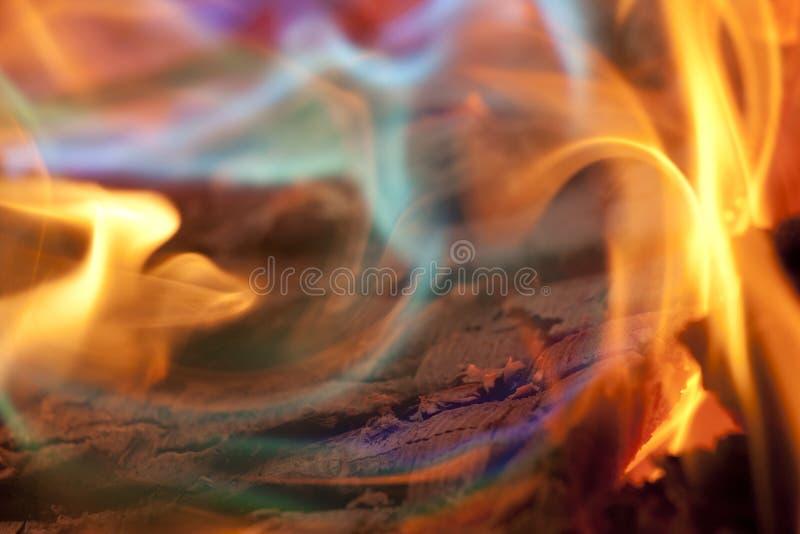 Chamas coloridas do fogo do acampamento fotos de stock royalty free