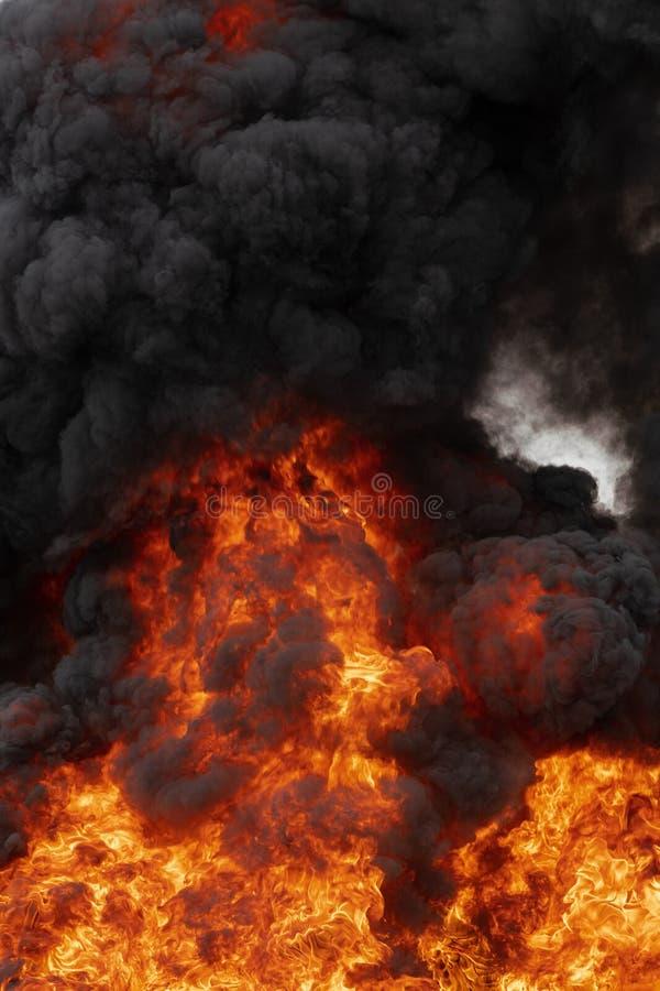 Chamas de fogo vermelho e movimento borram nuvens negras fumaça coberta pelo céu Enorme fogo laranja e temperatura elevada perigo imagem de stock royalty free