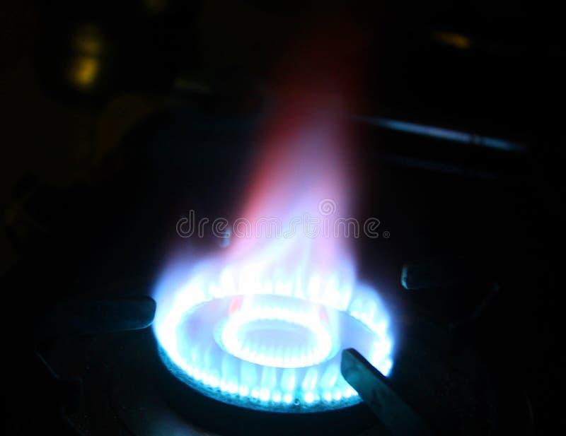 Chamas em um fogão de gás na obscuridade imagens de stock royalty free