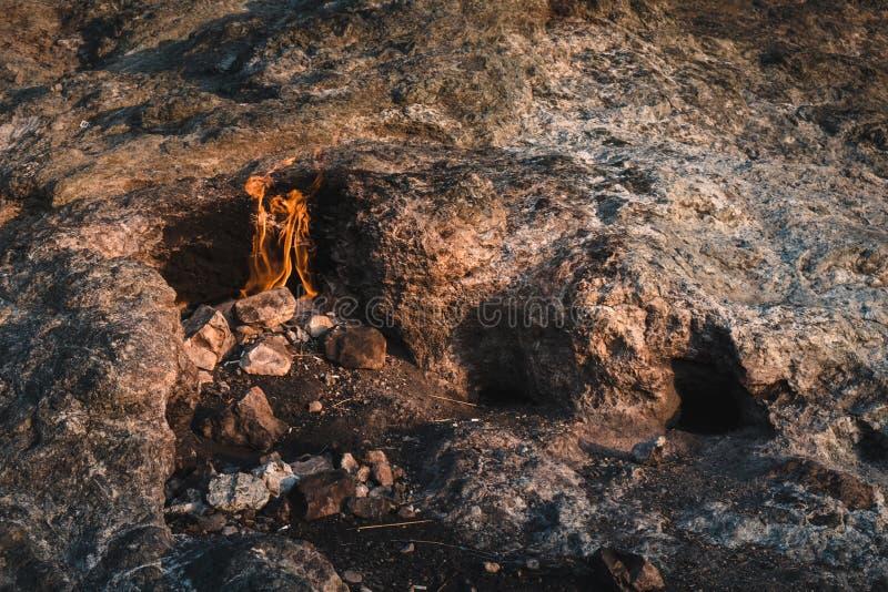 Chamas eternos que queimam-se de dentro da terra da montanha dentro fotografia de stock royalty free