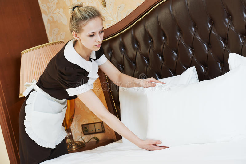 Chambermaid kobieta przy hotelową usługa zdjęcie stock