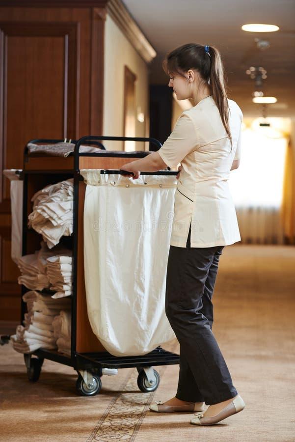 Chambermaid przy hotelem obrazy royalty free