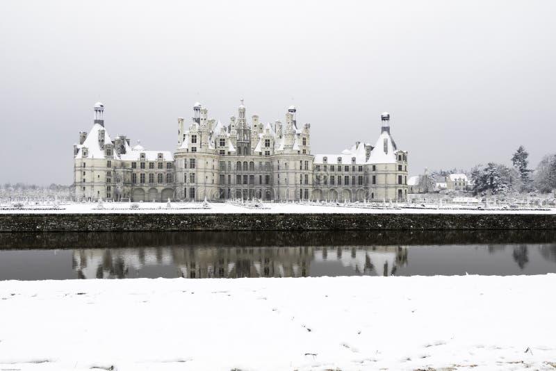 Chambord fortifica sob a neve em fevereiro, o Loire Valley, Fran?a foto de stock