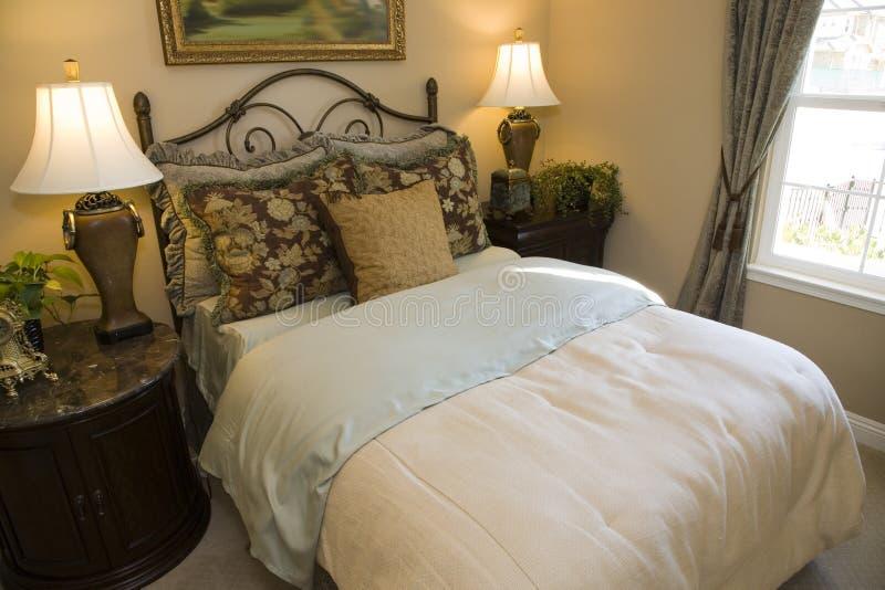 Chambre à coucher à la maison de luxe élégante. images libres de droits