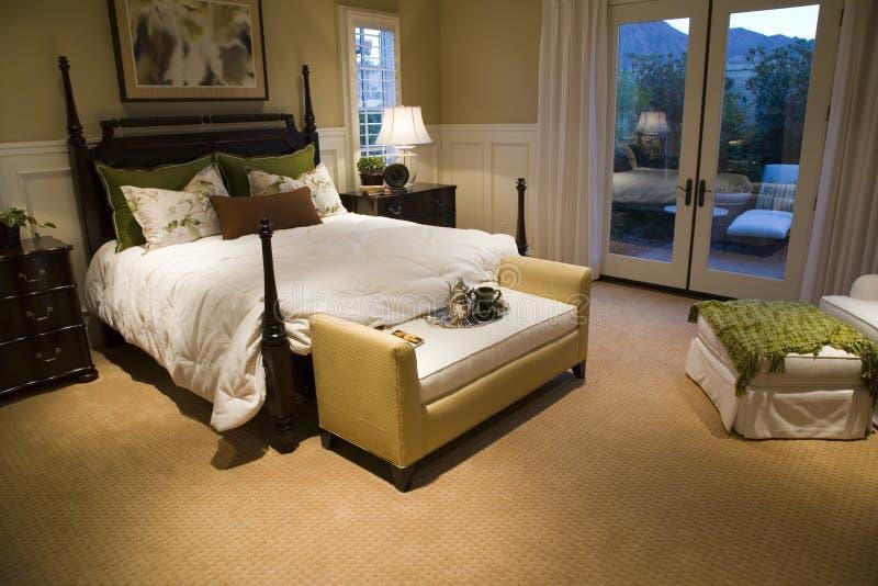 Chambre à coucher à la maison de luxe photographie stock