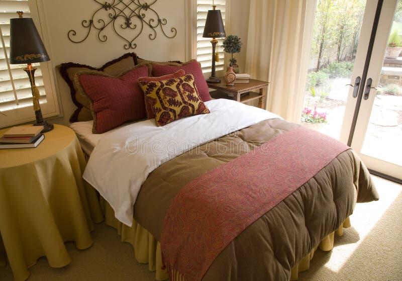 Chambre à coucher à la maison de luxe. photographie stock libre de droits