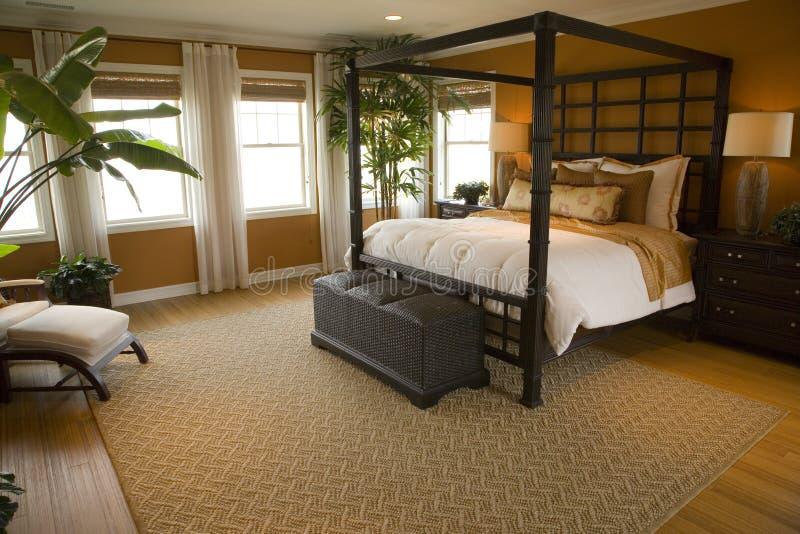 Chambre à coucher à la maison de luxe moderne. images libres de droits