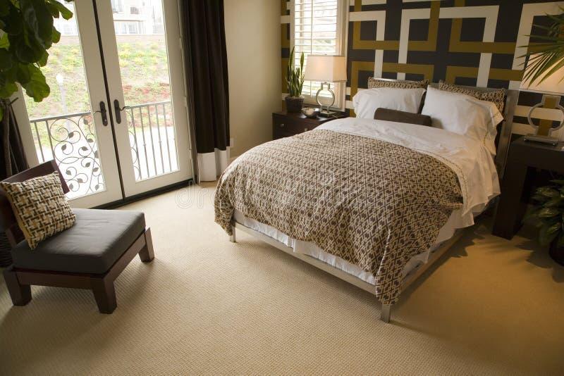 Chambre à coucher à la maison de luxe moderne. image stock