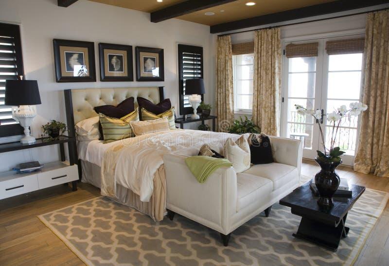 Chambre à coucher à la maison de luxe moderne. photo libre de droits