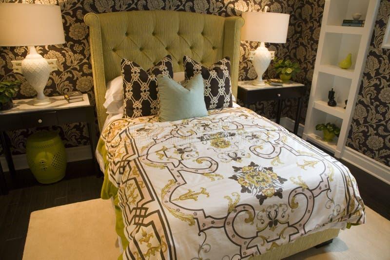 Chambre à coucher à la maison de luxe moderne. photographie stock libre de droits