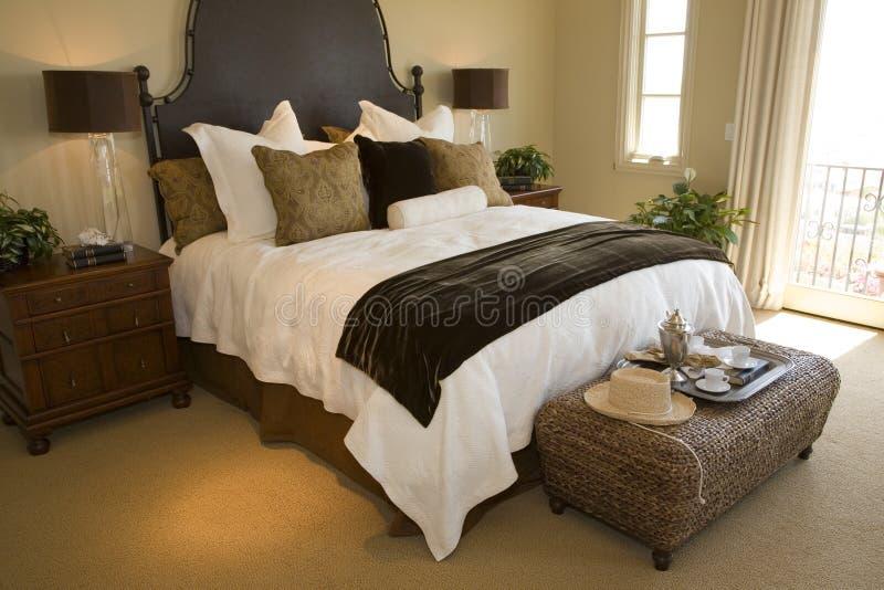 Chambre à coucher à la maison de luxe moderne. photos stock