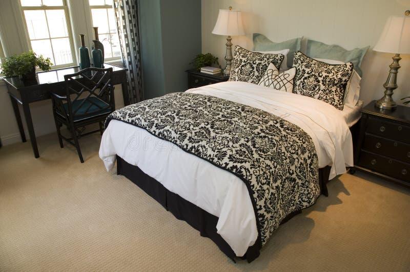 Chambre à coucher à la maison de luxe moderne. photos libres de droits