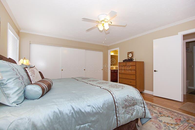 Chambre à coucher élégante classique photographie stock libre de droits