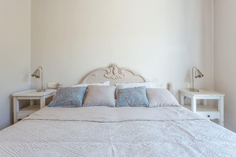 Chambre à coucher élégante dans une maison moderne pour la famille photo libre de droits