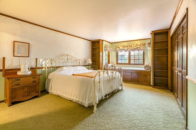 Chambre à coucher allumée d'or de maison de luxe de la Californie avec le tapis beige photographie stock libre de droits