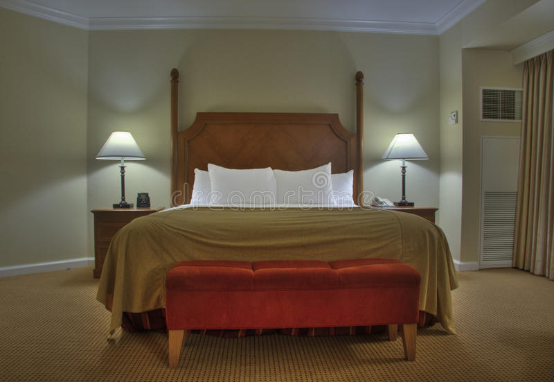 Chambre à coucher avec des lampes de tables de chevet photos libres de droits