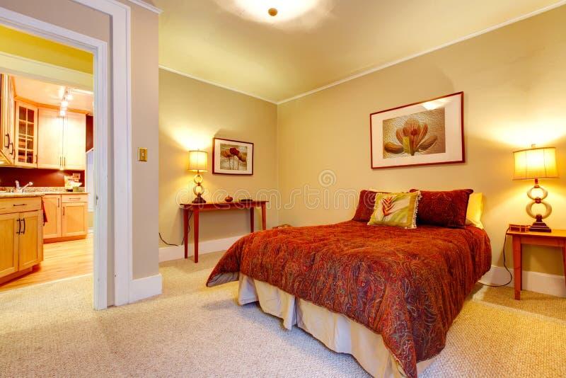 chambre coucher avec du charme avec la belle literie rouge image stock image du lumineux. Black Bedroom Furniture Sets. Home Design Ideas