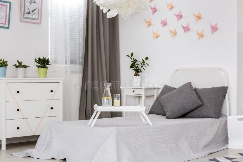Chambre à coucher avec l'idée de décor du mur 3D photos stock