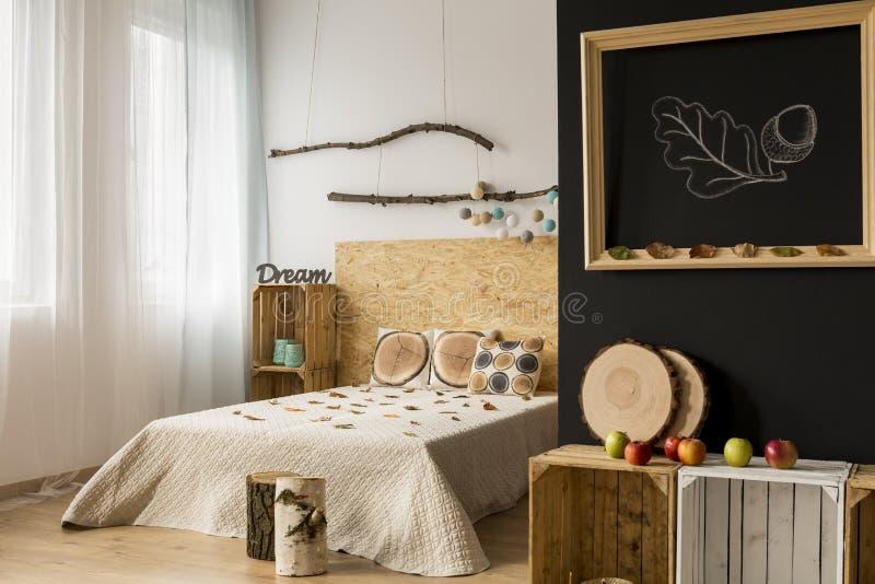 Chambre à coucher avec l'intérieur inspiré par l'automne photos stock