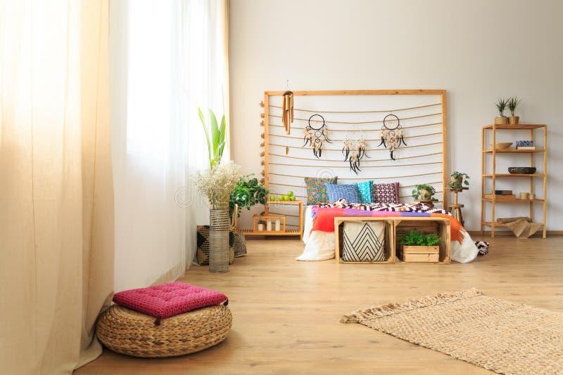 Chambre à coucher avec la décoration ethnique de lit image libre de droits