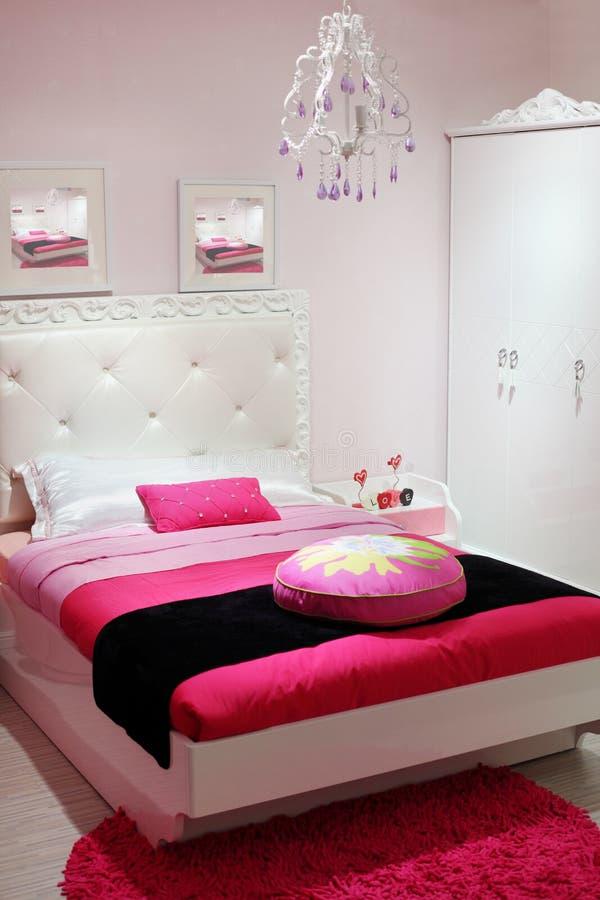 Chambre à Coucher Avec La Garde-robe Blanche Et Le Tapis Rose. Image ...