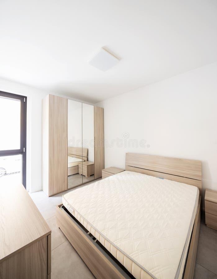 Chambre à coucher avec la grande garde-robe avec le miroir photos stock