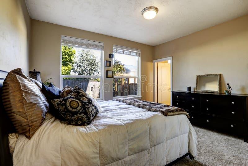 Chambre à coucher avec la raboteuse noire photos libres de droits