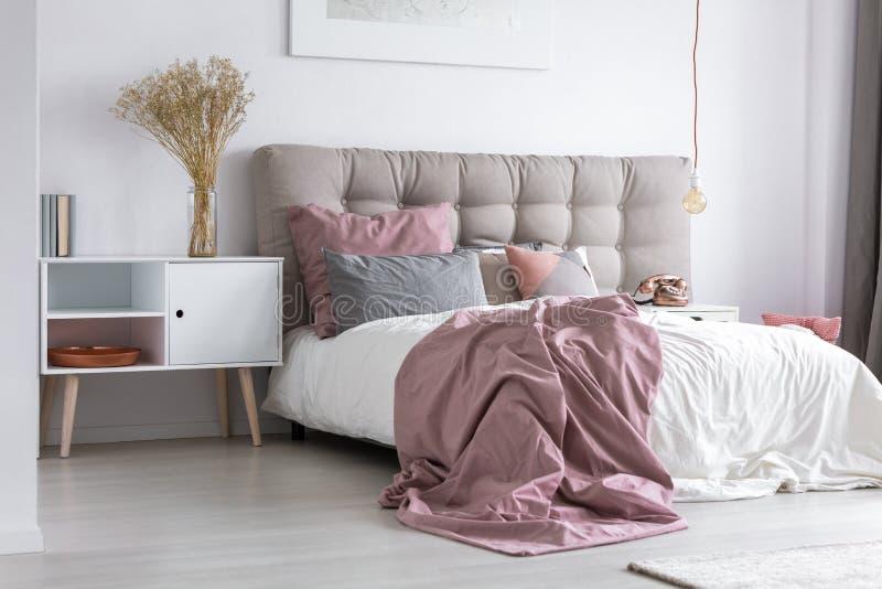 Chambre à coucher avec la tête de lit tuftée grise photographie stock