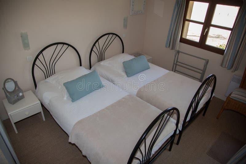 Chambre à coucher avec la table et la lampe de chevet photos libres de droits