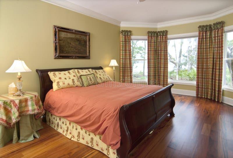 Chambre à coucher avec la vue de bord de mer photo stock