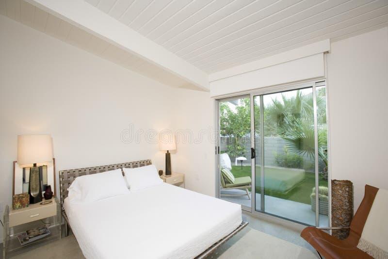 Chambre à coucher avec la vue du porche image libre de droits