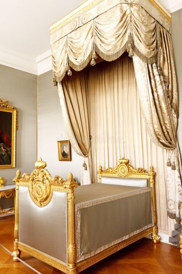 Chambre à coucher avec le bâti royal d'écran photographie stock
