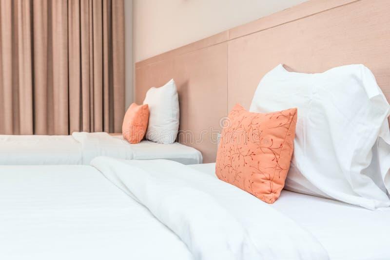 Chambre à coucher avec le lit et oreiller pour la relaxation photo libre de droits