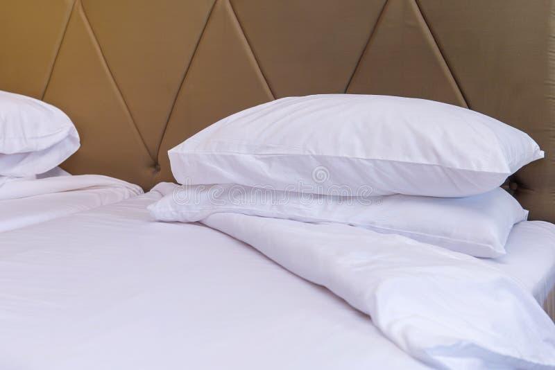 Chambre à coucher avec le lit et oreiller pour la relaxation photographie stock libre de droits