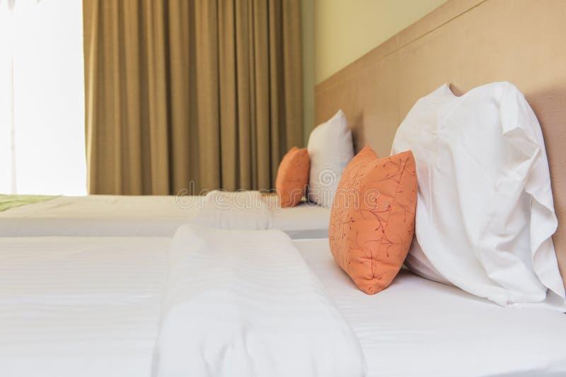 Chambre à coucher avec le lit et oreiller pour la relaxation images stock