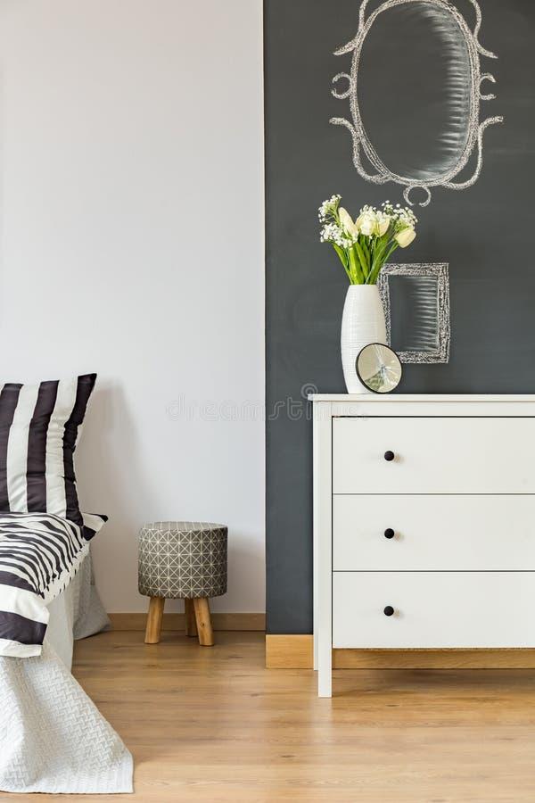 Chambre à coucher avec le mur de tableau noir image stock