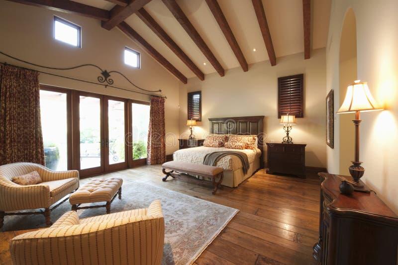 Chambre à coucher avec le plafond en bois rayonné photos libres de droits