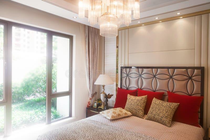 Chambre à coucher avec les portes-fenêtres photographie stock libre de droits