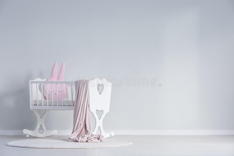 Chambre à coucher blanche du ` s de bébé avec le berceau image libre de droits
