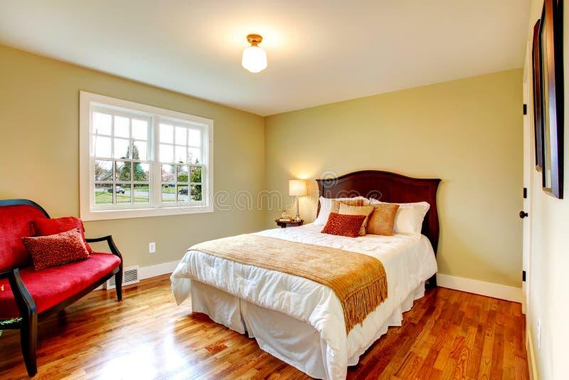 Chambre à coucher chaude confortable de couleurs avec la porte-fenêtre image stock