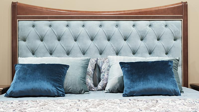 Chambre à coucher classique de conception intérieure grise et bleue image libre de droits