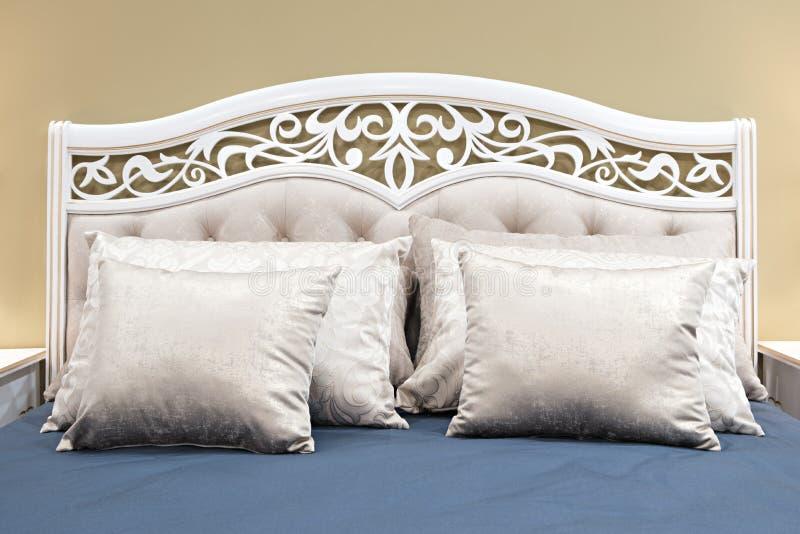 Chambre à coucher classique de conception intérieure grise et bleue image stock