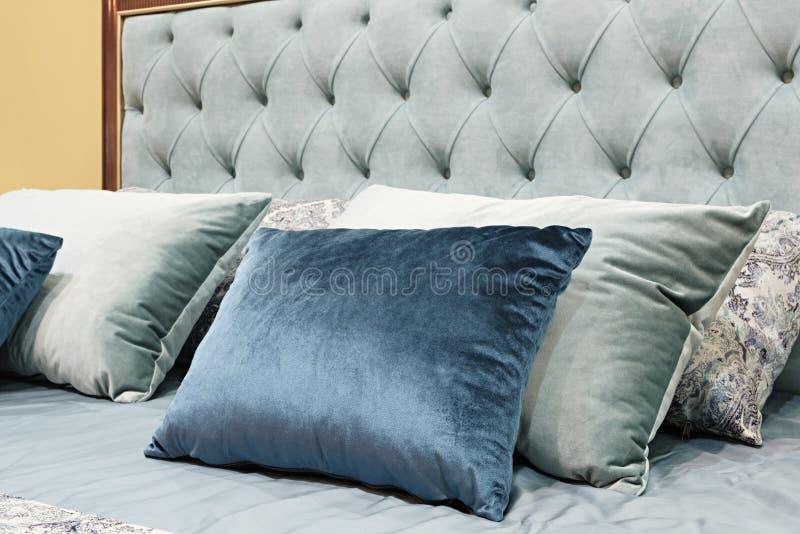 Chambre à coucher classique de conception intérieure grise et bleue photo libre de droits