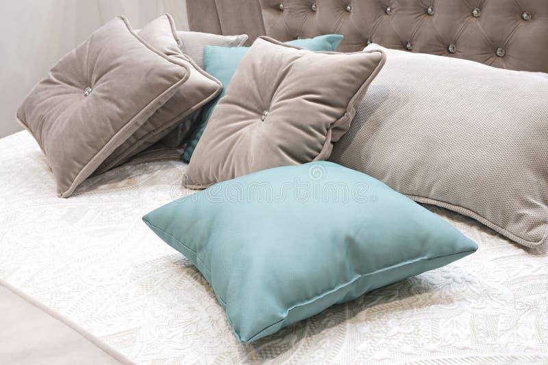 Chambre à coucher classique de conception intérieure grise et bleue photographie stock