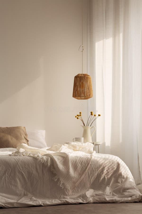 Chambre à coucher conçue avec les matériaux naturels, vraie photo photographie stock libre de droits