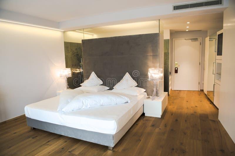 Chambre à coucher conçue moderne dans un hôtel dans le Tirol du sud photos libres de droits