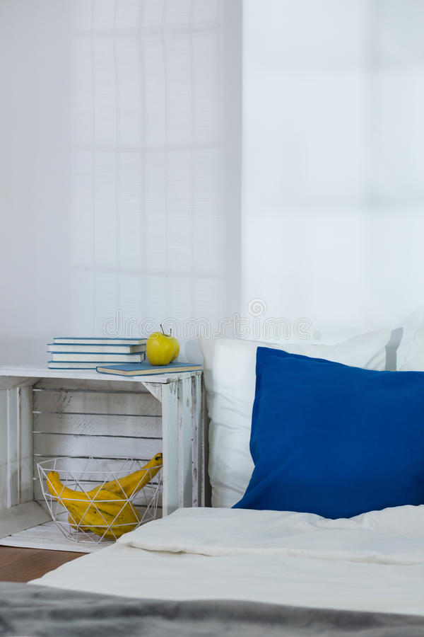 Chambre à coucher confortable dans le style scandinave conçu photographie stock
