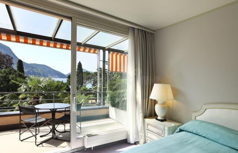 Chambre à coucher confortable, vue de stationnement photographie stock libre de droits