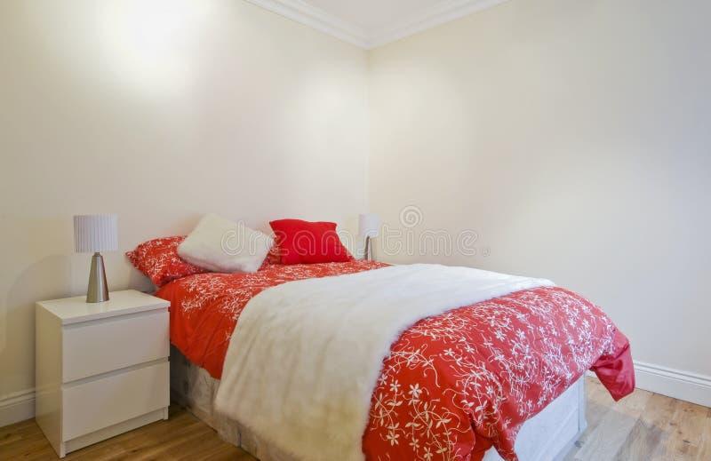 Chambre à coucher contemporaine en rouge images libres de droits