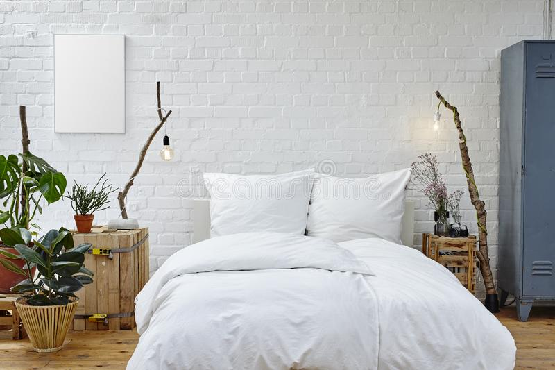 Chambre à coucher créative dans le grenier de studio photo libre de droits